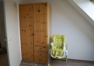 Kleiderschrank und Kinderstuhl