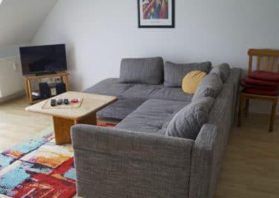 Wohnzimmer mit Blick zum Sofa und TV